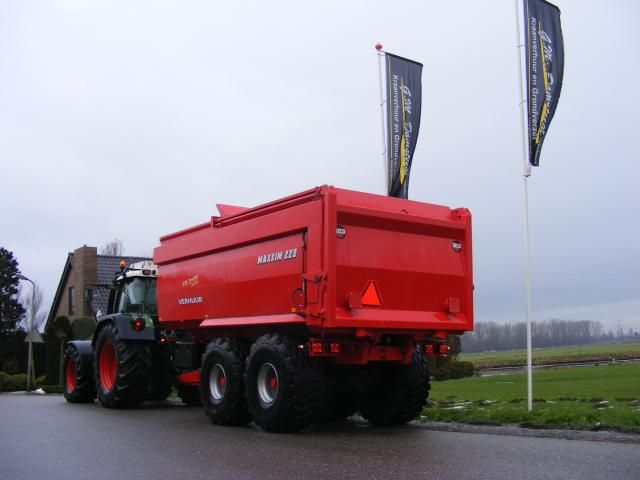 2 Beco MAXXIM 220 bagger kippers voor G.M. Damsteegt uit Oud-Alblas