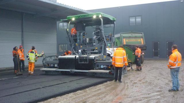Het asfalteren van het achter terrein bij Kok - Oosthuizen