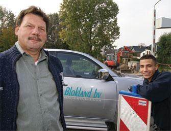 """Frans Blokland en Sam Mbarki """"Via internet werkt onze mini nu aan deze klus van Verboon"""""""