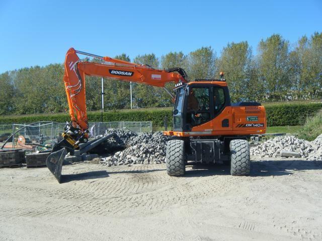 De Doosan DX140W van Lokhorst op het werk in Almere