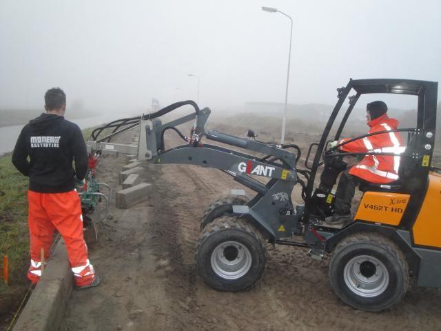 Giant V452T X-tra HD mini shovel voor Monen bestrating uit Enkhuizen