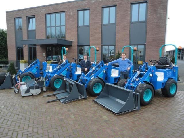 4  keer Knikmops 130 mini- shovels voor Hoogstraten Wegenbouw B.V.  in Dodewaard