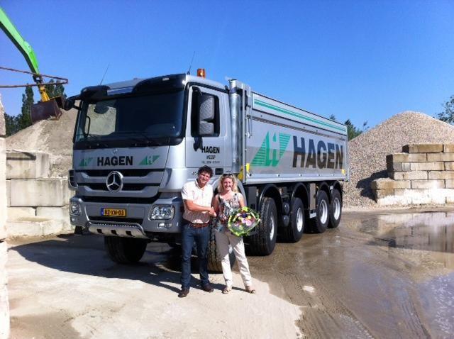 Joost Hemstede (Stern Trucks) overhandigt de kipperauto aan Ria Hagen