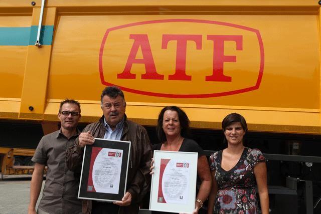 ATF doorstond de strenge milieu audits en haalt ISO 14001 (van links naar rechts Koen Van Caesbroeck – Leon Frijters – Mieke Frijters – Linda Mertens)