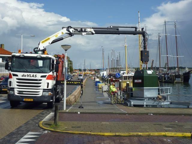 Ook de Vlas Transport in Harlingen heeft gekozen voor Scania Euro 6; ditmaal uitgevoerd als containerauto met haakarm-afzetsysteem