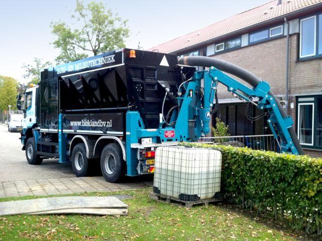 Asbestsanering met behulp van een grondzuigwagen van Blokland BV uit Ter Aar