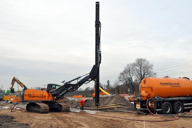 Atlas 225LC met boormast voor Raaijmakers & Zn Bronbemaling BV. uit Volkel-Uden.