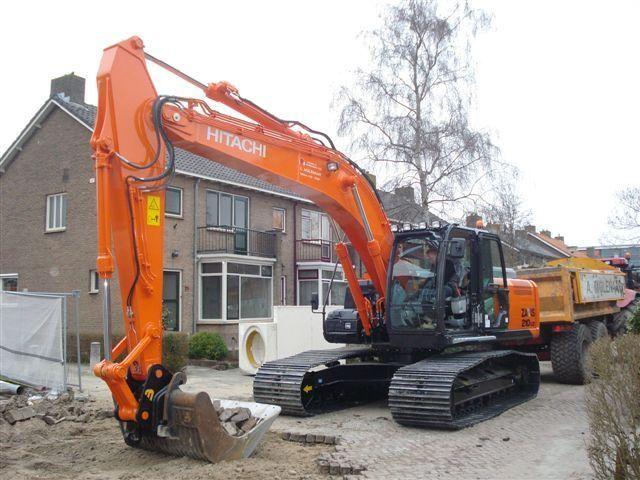 Eerste ZX210LC-5 in Nederland voor Hoveniers- en aannemersbedrijf G.W.W. A. Molenaar v.o.f. uit Bergambacht