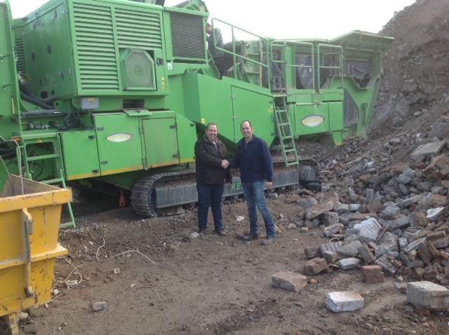 De Keestrack 1312 Destroyer in actie , Johnny Kraai van fa. Pols en Mark Nooren van Sando puinrecycling