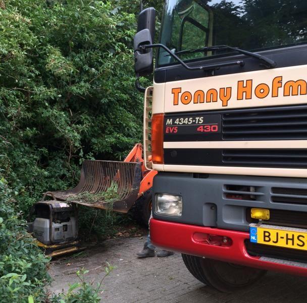 De klemgereden Giant V881T shovel en Wacker 6055 trilplaat door Hofmans uit Hedel