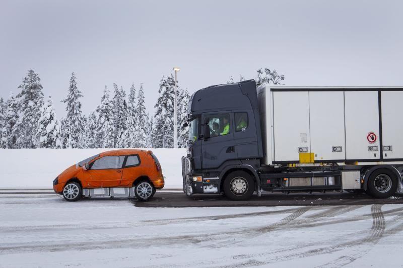 Scania Advanced Emergency Braking detecteert objecten vóór de truck en zal, indien nodig, een volledige noodstop uitvoeren