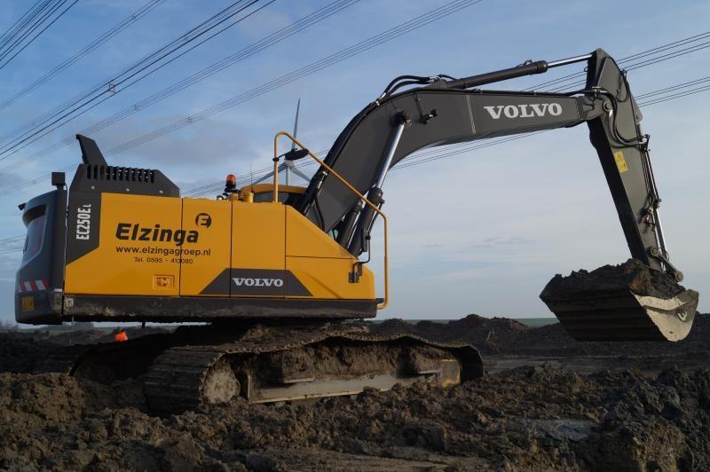 Volvo EC 250 EL rupsgraafmachine voor Elzinga uit Uithuizermeeden