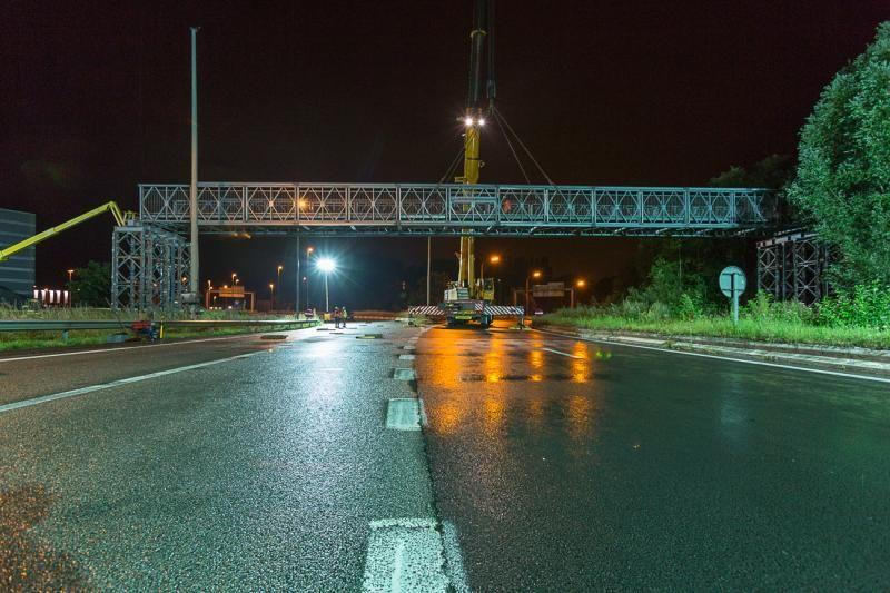 Geslaagde plaatsing tijdelijke voetgangersbrug Matexpo Kortrijk