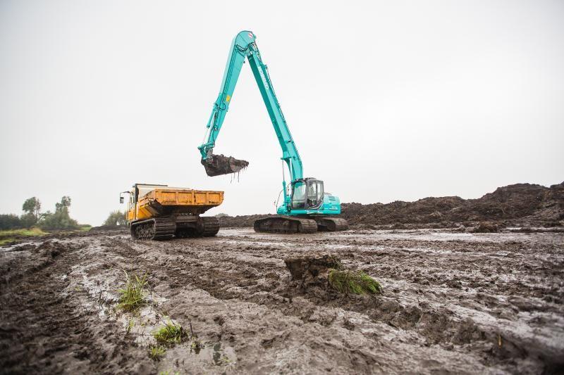 Kobelco SK210lc + 2x Bergmann rupsdumpers voor Vos uit Ruinerwold