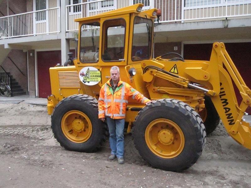Sjaak Kramer 35 jaar op een Ahlmann zwenklader bij Loon- en machineverhuurbedrijf J.A.N. Koning.