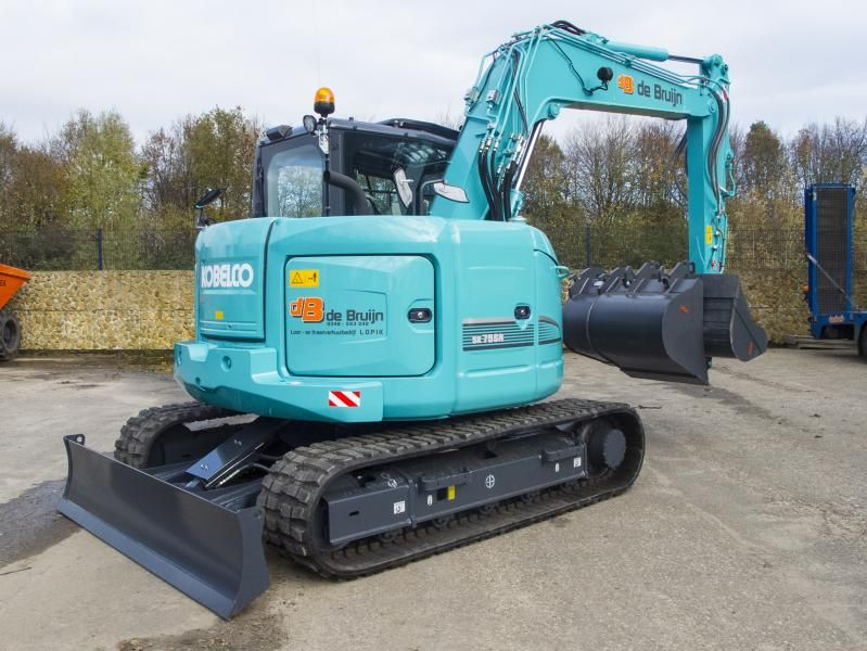 Kobelco SK75SR voor Loon- en Verhuurbedrijf M. de Bruijn B.V. uit  Lopik