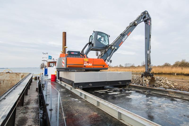 Speciaal project Atlas 350MH overslagmachine op het water