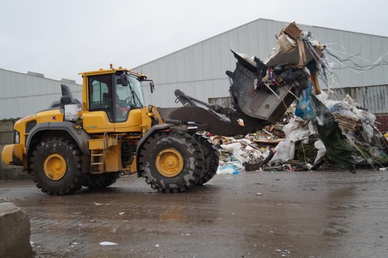 Volvo L 120 H loader voor Visser Afvalverwerking in Harlingen