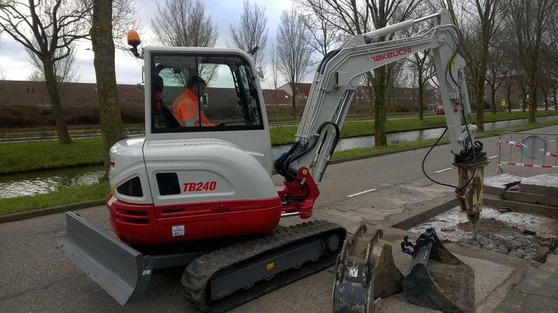 Takeuchi TB 240 minigraver voor Kapel Werkendam