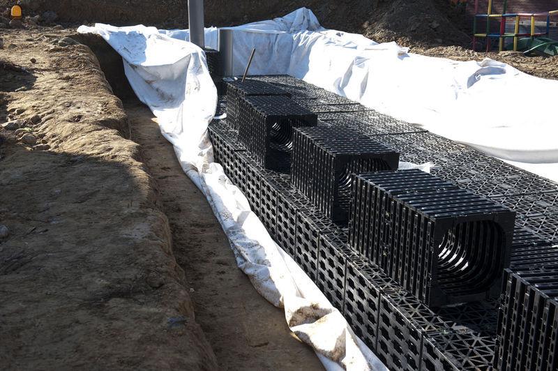 Voor de afvoer van het regenwater installeerden we daar twee types infiltratiekratten.