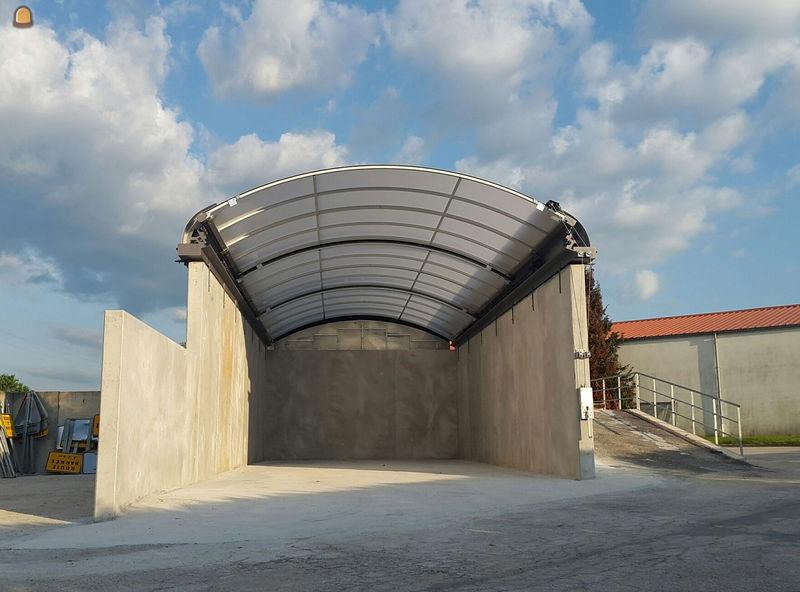 Het mobiele dak maakt het mogelijk om bulkproducten droog en veilig op te slaan