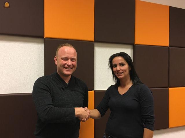 Lars Smeets feliciteert Angelique Winters van Keulen's Transport- en Grondverzetbedrijf B.V.