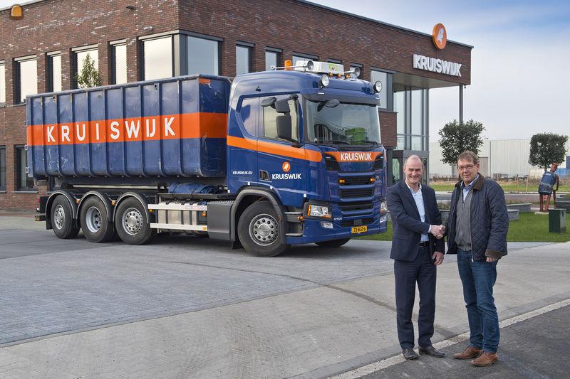 Dirk Slingerland (R) van Kruiswijk grondwerken in Bergambacht neemt de sleutels van de nieuwe Scania