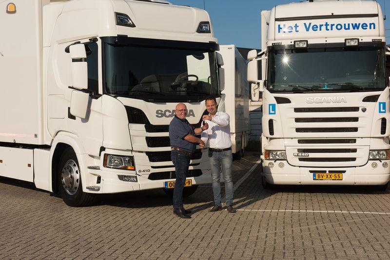 Henk Kanters (L) van Het Vertrouwen Opleidingen ontvangt de sleutels van nieuwe Scania.