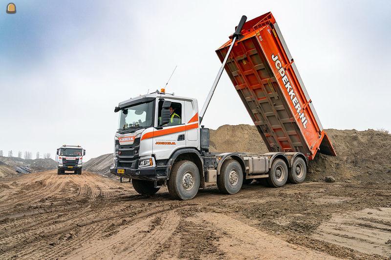 De twee nieuwe Scania's 8x8 voor JC Dekker uit Goes verzetten bij de nieuwe zeesluis in Terneuzen be