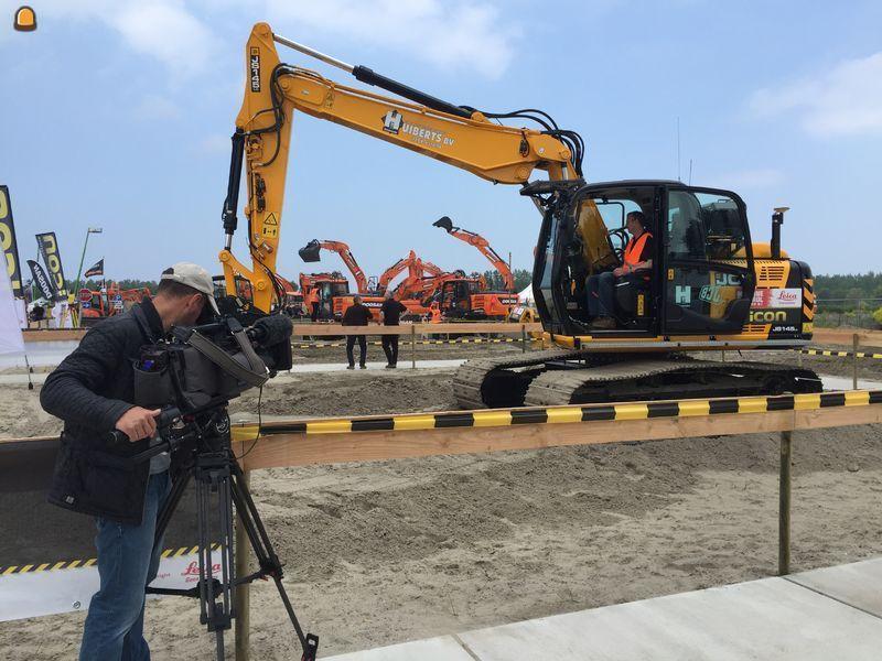 Cameraploeg RTL Transportwereld filmt graafmachine en machinist van Huiberts Katwoude