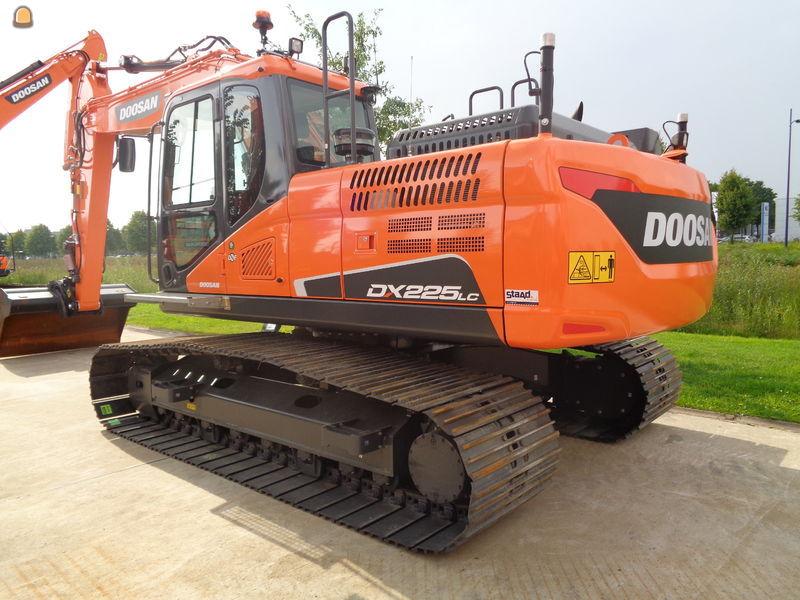 Voor het reguliere rups werk is er geïnvesteerd in een 23 tons Doosan DX225LC-5 rupsgraafmachine