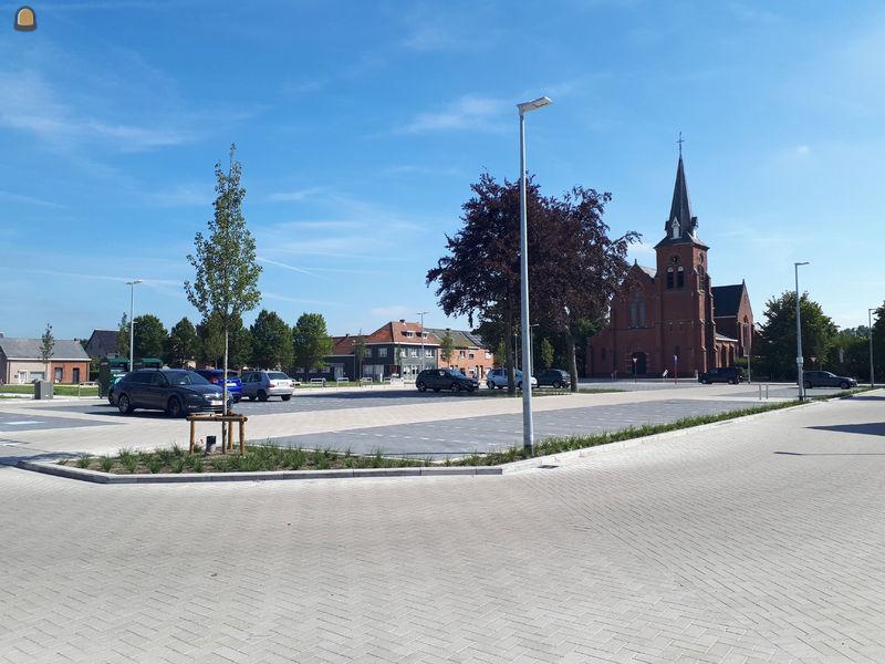 het afgewerkte kerkplein Mol Rauw